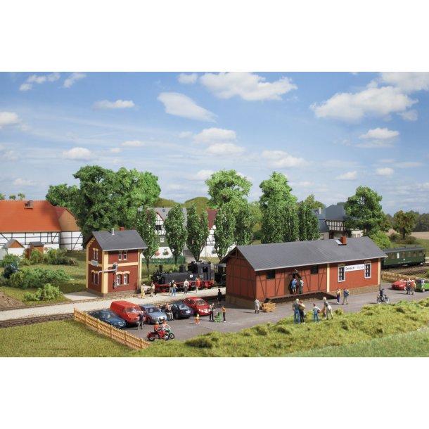 Auhagen HO 11435 Banegård Steinbach med vand hus