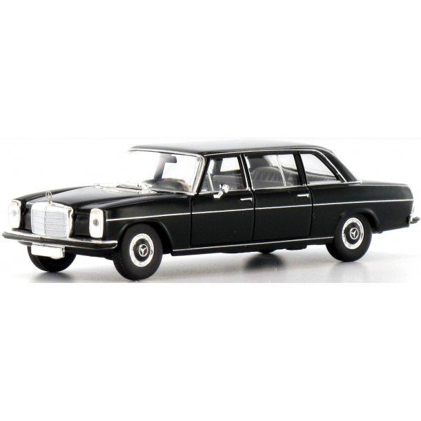 Brekina 13401 Mercedes Benz 220 D lang sort. Fra Starmada