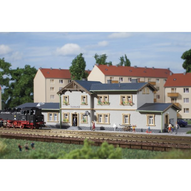 Auhagen spor N 14453 station Radeburg 237 x 87 x 66 mm.