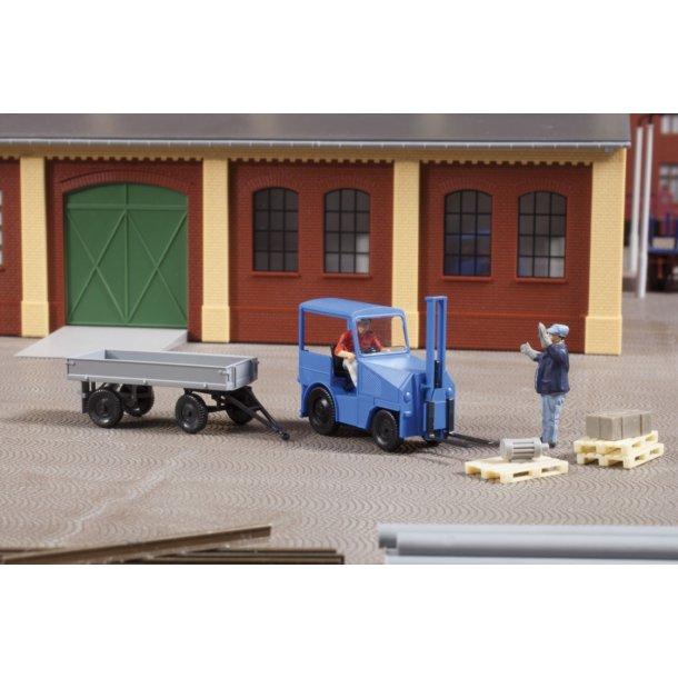 Auhagen HO 41636 Lille traktor med anhænger og redskaber
